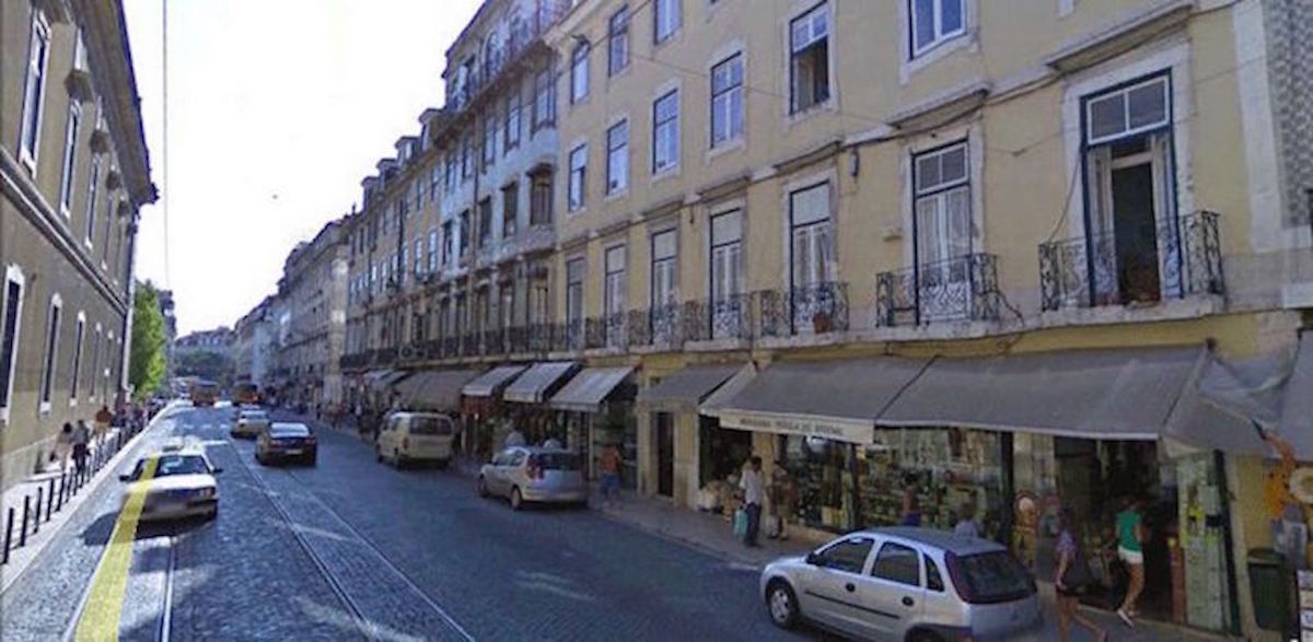 Renovated apartment in typical building historic center Lisbon