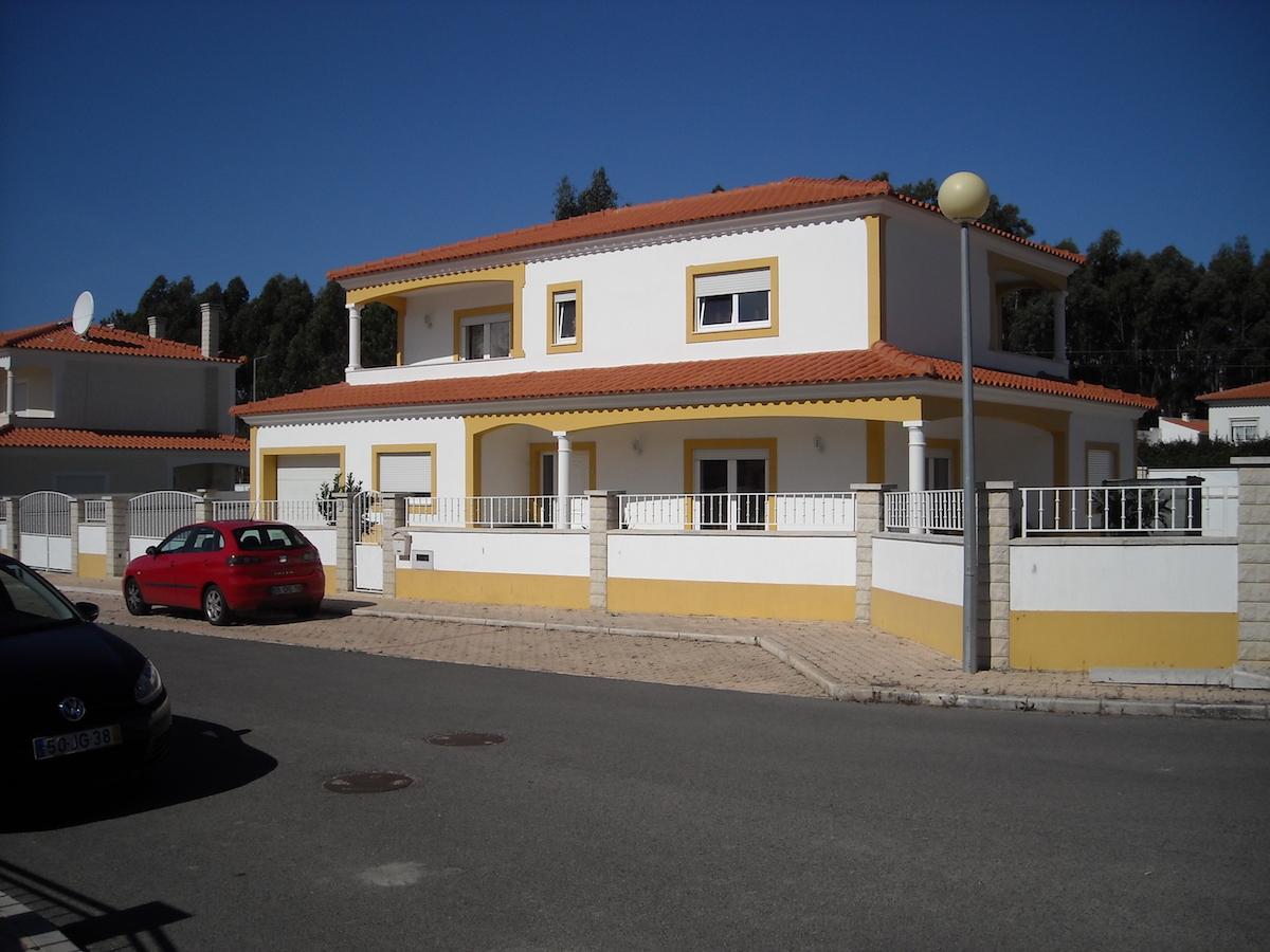 4 bedroom villa located in São Martinho do Porto for sale