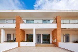 Moradia T2 geminada em condomínio fechado com piscina –  Albufeira